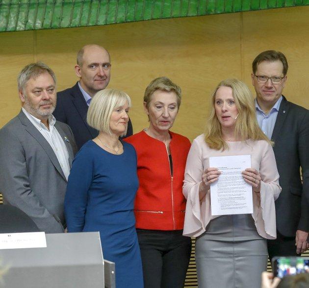 Offentlig enighet: Arbeidsminister Anniken Hauglie (H) kunne fredag legge frem avtalen etter å ha forhandlet med Eirik Kollerud (YS) — fra venstre, Anders Kvam (Akademikerne), Ragnhild Lied (Unio), Peggy Hessen Følsvik (LO) og Lasse Hansen (KS). foto: Terje bendiksby, ntb