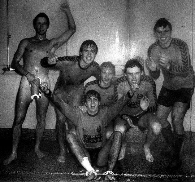 7. oktober 1984:  Opprykk for Ballklubben  Ballklubben er i 3. divisjon. Scoringer av Cato Raastad og Atle Berg Kirkevold   ga 2-0 over Larvik Turn på Storstadion. Spillerne gikk rett i dusjen med klærne på, champagnekorkene smalt, og gardroben var et eneste skrålekor  fastslo: SB- gutt, superlag, det er det beste vi har i dag.  Bildet:  Ballklubbspillerne er fra venstre: Erik Rui, Atle Berg Kirkevold, Espen Feen, Einar Barth og Cato Raastad. Foran sitter Bjørn Lydersen.