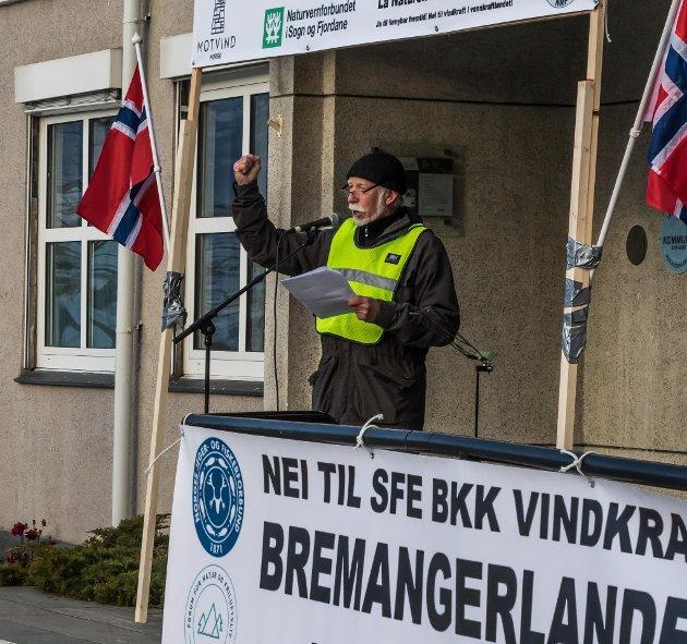 Arkivbilde frå vindkraftdemonstrasjon på Sandane. Ivar Rune Varpe har engasjert seg sterkt mot vindkraft på Bremangerlandet.