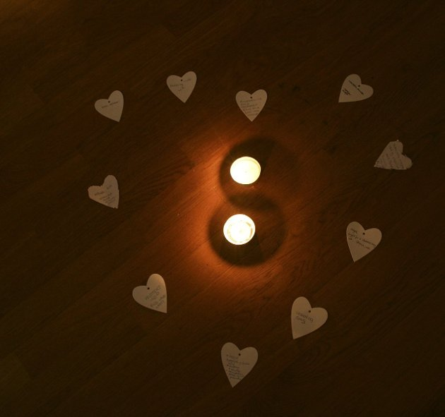 Kvinnenes hjerter: Ti papirhjerter med vonde ord.