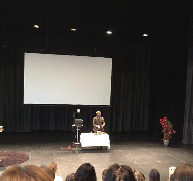 Åpnet: Petter Schjerven åpnet konferansen lørdag formiddag. Han er den første mannen som har besøkt scenen under Luft under vingene.