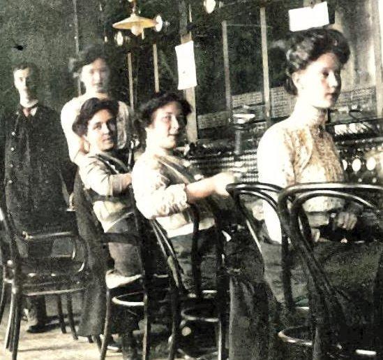 «Telefondamer» ved sentralen i Sarpsborg 1907. (Bildet er fargelagt i ettertid). (Foto: Sarpsborg kommunes fotosamling)