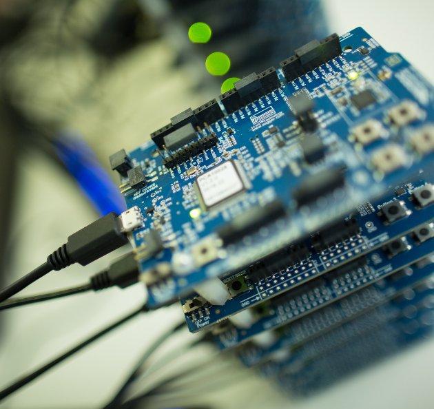 FORSKNING: – Det at vi har slike fremtredende forskningsmiljøer på NTNU gjør også at studentene får en unik mulighet til å benytte seg av og lære det siste innen teknologi, skriver artikkelforfatteren. foto: Kai T. Dragland/NTNU