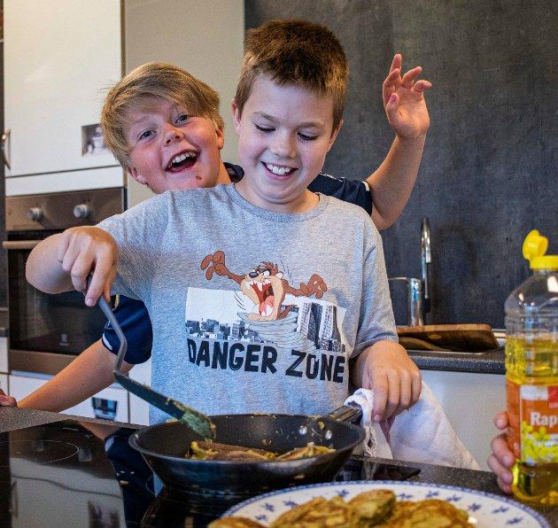 Både Iver André Solberg (11 år) og Lucas Engeset (10 år) trivdes med å tilbringe dagen på kjøkkenet.