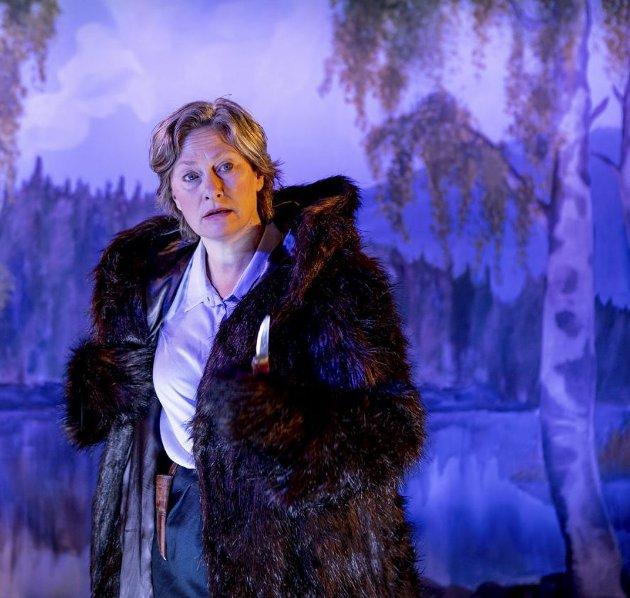Birgit Bergemoen (Kjersti Elvik) er bevæpnet med tollekniv. Det var alt som skulle til da hennes forfedre                   jaktet og drepte bjørn. FOTO: Atle Auran