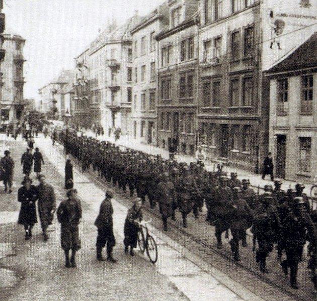 Tyskerne marsjerer i Nygårdsgaten, 9. april 1940. FOTO: Sven-Erik Grieg-Smith (egen samling)