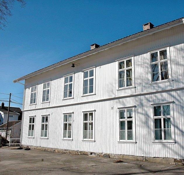 Jeg oppfatter en stor motstand fra personer nært tilknyttet Kystkultursenteret på Gjeving mot at Lyngør Vel skal selge skolen til et ungt par som vil bosette seg i Lyngør og drive næringsvirksomhet, skriver Jan Roger Ekedal.