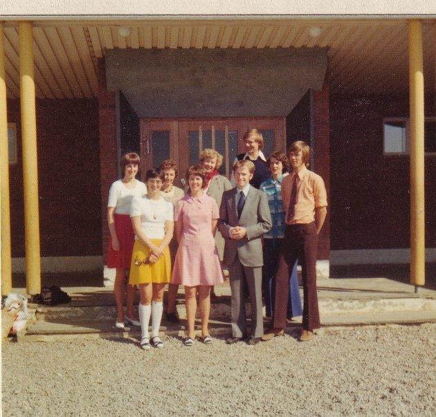 Lærerer ved Vestre Jakokselv skole våren 1974. Fra venstre: Kristine Liarbø Jakobsen, Grethe Jakola, Borgny Dørmenen, Åslaug Hageberg, Berit Utheim, Gunnar Hageberg, Trygg Jakola(rektor) Else Johanne Birkenes og Sven Birkenes.