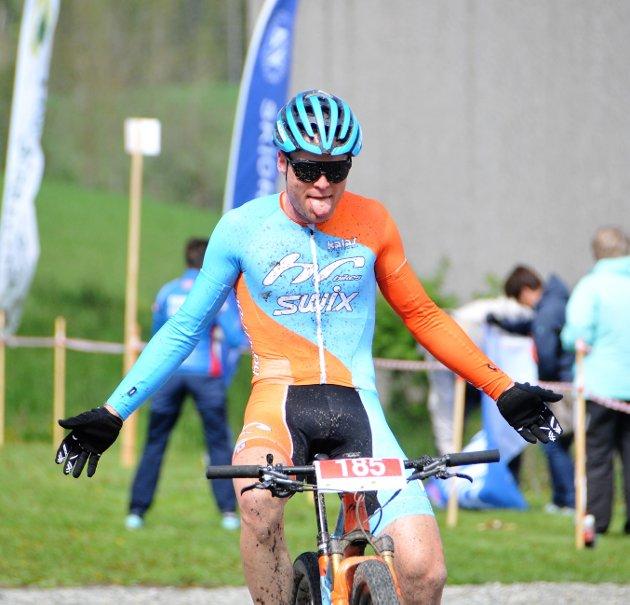 Emil Hasund Eid fra Kloppa Off Road klubb rakte tunge av løperekorden da han smadret både den og konkurrentene. Vinnertida til 24-åringen på 1.39.09 var to minutter under den gamle rekorden.