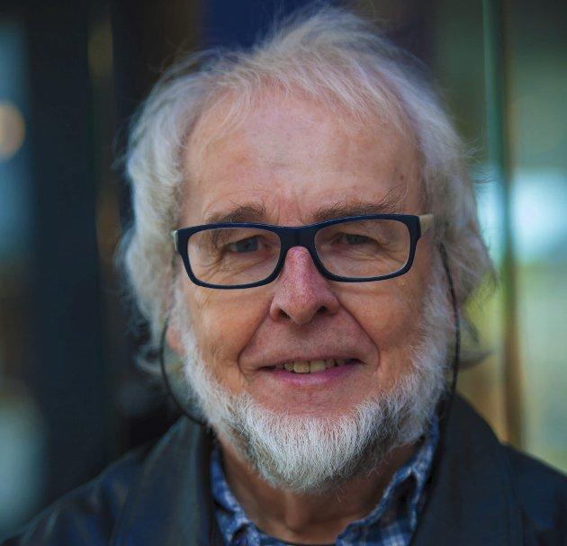 Oddvar Rakeng oppfordrer til å plukke opp fysiske bøker i sommer – og å droppe høreproppene.