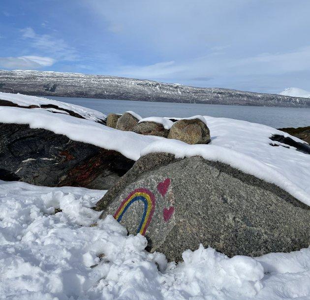Alt blir bra: På en stein i fjæra i Framneslia har noen malt på en regnbue, symbolet på at vi kommer oss ut av korona og at alt blir bra til slutt. Mens vi venter kan vi være takknemlige for at mye har vært bra underveis i koronapandemien her i Narvik, tross alt. foto: Christian S. Andersen