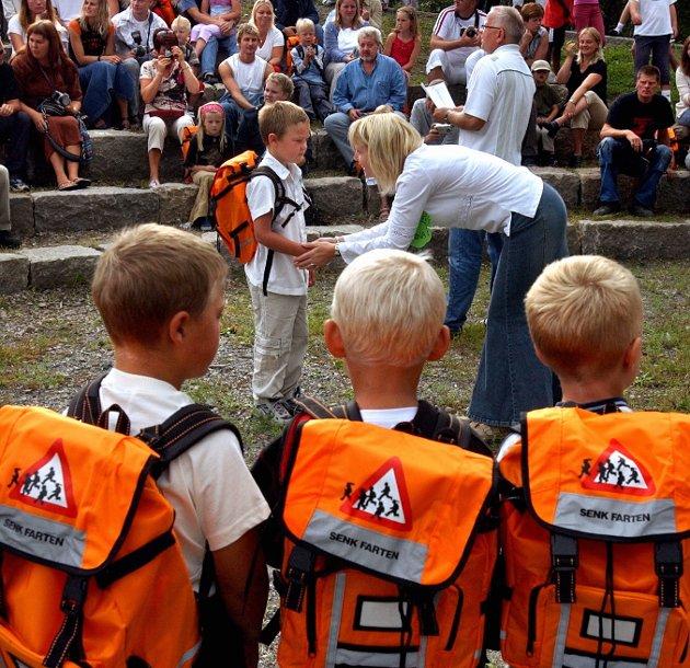 2003: Skolestart ved Åvangen skole. Lærer Mona Irene Grindal hilser på Victor Baugh Olsen.