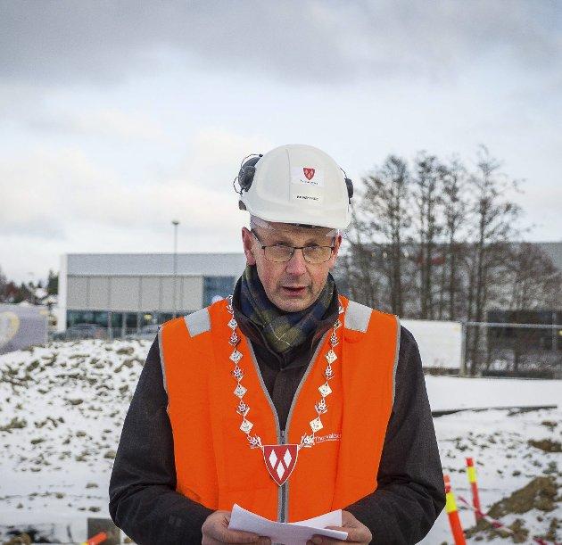 FORNYELSE: Ordfører Ola Nordal skriver at bygging av nye skolebygg er nødvendig for å gi gode forhold for både elever og lærere. Bildet er fra en markering på byggeplassen til Solberg skole som sto ferdig i 2018.