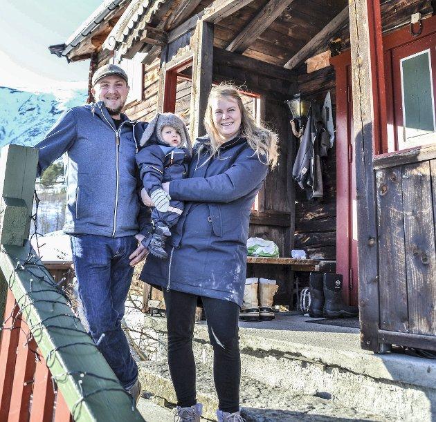 Bekymret for framtida:  Jørgen og Stina Svisdal sammen med lille Ivar.