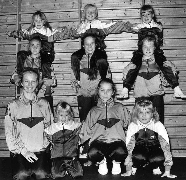KVALIK: Lokale jenter fra Brandbu sikret seg sølv under KM-kvalik i Rytmisk Sportsgymnastikk. Her er utøvere og plakatbærere samlet.