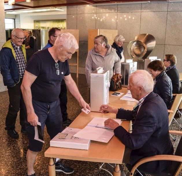 STEMTE: I 2016 gkk innbyggerne  til valgurnene i Vestoppland for å stemme for elle rmot kommunesammenslåing. Her fra valglokalet i Gjøvik rådhus. .Foto: Sæmund Moshagen