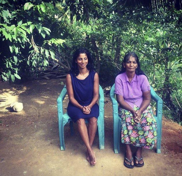 Anja Leela Hageler  blir behandlet som en gudinne av familien mens hun er på Sri Lanka. Her sammen med sin biologiske mor.