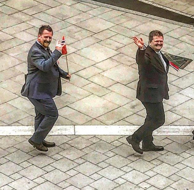 PARHESTER: Nyvalgt ordfører Torbjørn Klungland (Frp) og varaordfører Stian Birkeland (KrF).  Foto: Roy Løseth