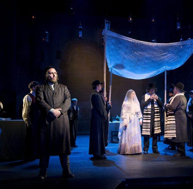 TRO OG TVIL: André Søfteland tolker  hovedpersonen Tevye i «Spellemann på taket», musikalen som er  DNS' store satsning denne høsten. Her fra den ene datterens bryllup.