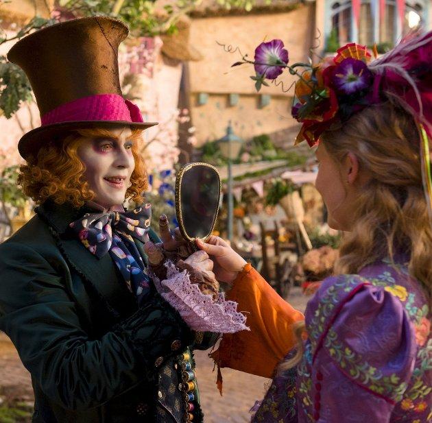 Fargerik duo: Johnny Depp og Mia Wasikowska i «Alice Through the Looking Glass».Foto: filmweb.no