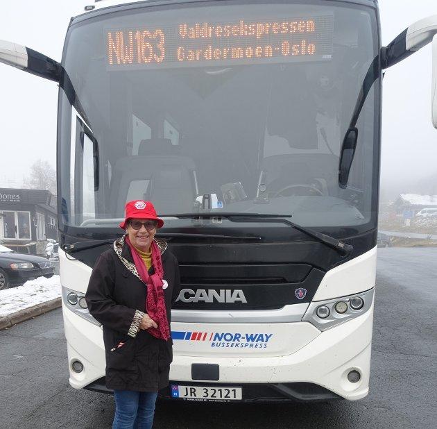 """""""BUSSIST"""": Margaret Heldor velger Valdresekspressen når hun skal ut og reise, og håper at flere vil følge hennes eksempel. Prisen på bussen vil hun imidlertid ha ned."""