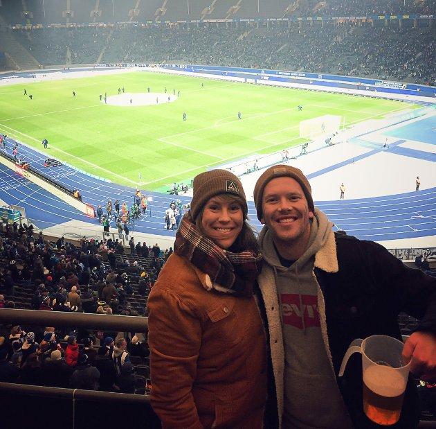 Nh -jorunalist Irene, på fotballkamp på Olympiastadion i Berlin, saman med mannen Eirik.