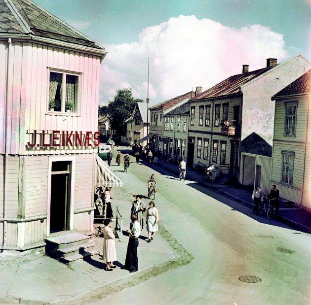 NYTT FOTOMUSEUM: – Det blir veldig interessant å diskutere en eventuell flytting av Levanger fotomuseum, eksempelvis til Renbjørgården eller et nytt kulturhus på bibliotekstomta, skriver kronikørene. Her ett av Harald Renbjørs bilder av «Leikneshjørnet» i Håkon den godes gate.