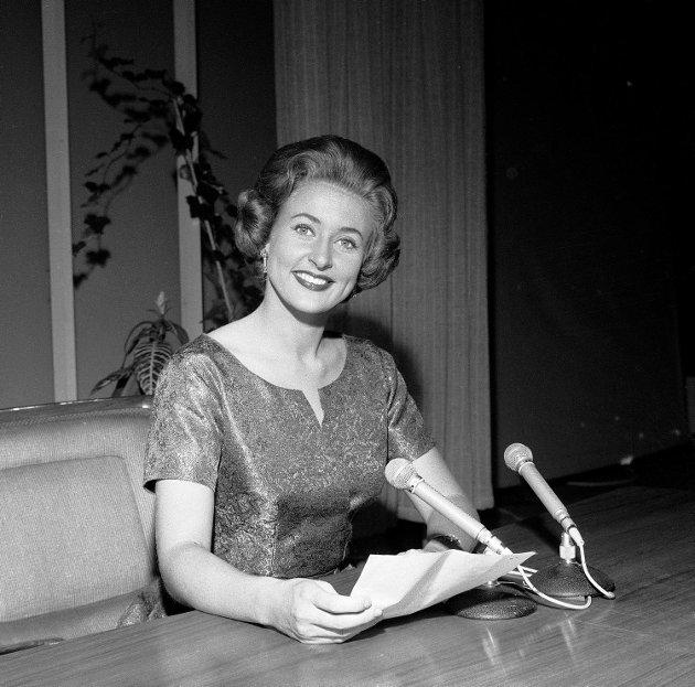Oslo 1960: NRK Fjernsynet startet sine sendinger 20. august 1960.  Her TV-vertinne ved åpningen Inger-Lise Haug, senere Inger Lise Skarstein.