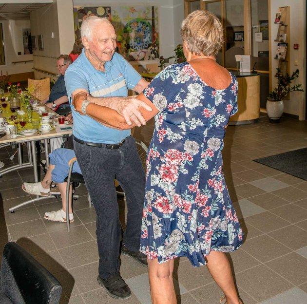 Leif Halden (96) gikk på danseskole i ungdommen og svinger fortsatt damene i valsen. Her byr han med seg Astrid Fjerdingren på en svingom.