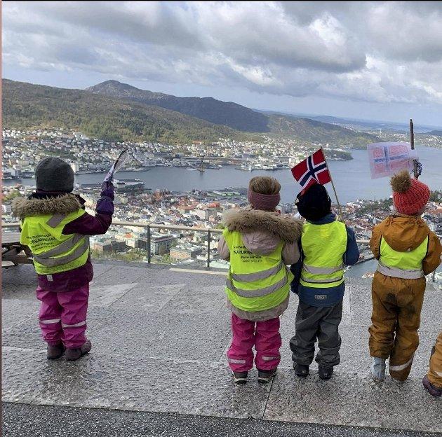 Fløyfjellet naturbarnehage feiret nasjonaldagen, to dager for tidlig, med utsikt til hele byen fra Fløyen.
