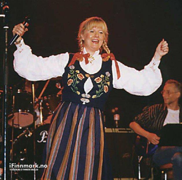 NORDKAPP: Klart for julerevyer på Magerøya igjen. Her er Edna Toften Holst i aksjon på scenen under fjorårets musikkshow.  Revy på Magerøya.