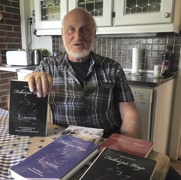 NY BOK: Johannes Rørtveit med sine bøker om Folket på Vinje. Foto: John-Arne Storhaug.