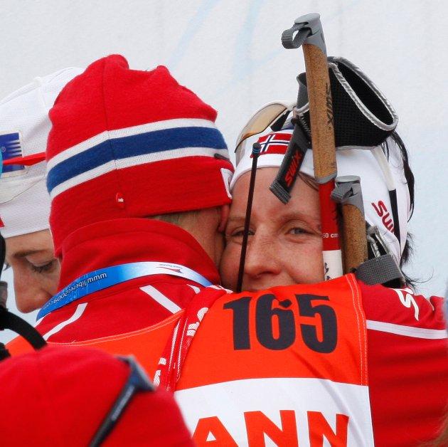 FIKK TRØST: Marit Bjørgen endte på 19. plass under en av øvelsene i VM i Liberec i 2009. Hun måtte dra hjem uten medaljer. Nå kan hun bli tidenes vinterolympier.