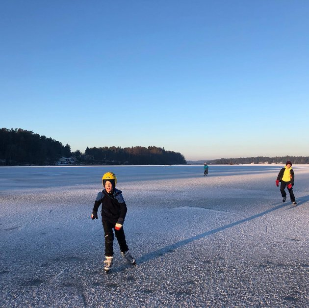 GOD STEMNING: Nydelig tur med familien i Amundbukta søndag. Møtte folk til fots, med hockeyskøyter, turskøyter, barnevogn, sparkstøtting og på ski! God plass og god stemning. Solid is også helt inne ved land, skriver Louise Brunborg-Næss.