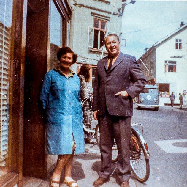 """I Kirkegata, nederst i Løkkebakken lå en en kiosk/butikk som solgte sjokolade og tobakk. Den ble kalt for """"Årdalen"""". De to som står og kikker på             fotografen var to kjente personer i Kragerø. Helene og Halvdan Jensen som bodde på Bakken"""