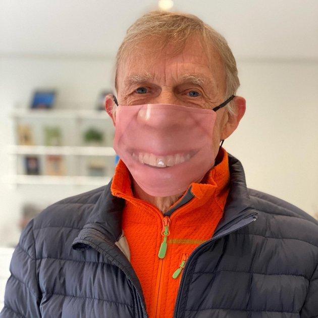SMIL HELE TIDEN: – Jeg tenkte at jeg da kunne slippe å smile hele tiden, så jeg fikk ideen om å lage en maske med smilet mitt på, ler Jan Rasmussen fra Vestfossen. Han tok en selfie og sendte det til Majas Kulturservice som blant annet lager skreddersydde munnbind.