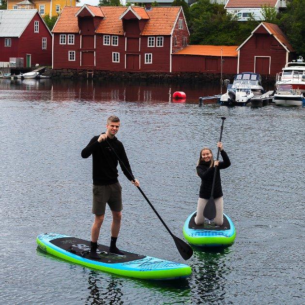 VASSPORT: Ronja Strandberg og Eirik Rylandsholm driv firma med utleige av utstyr for vassport.