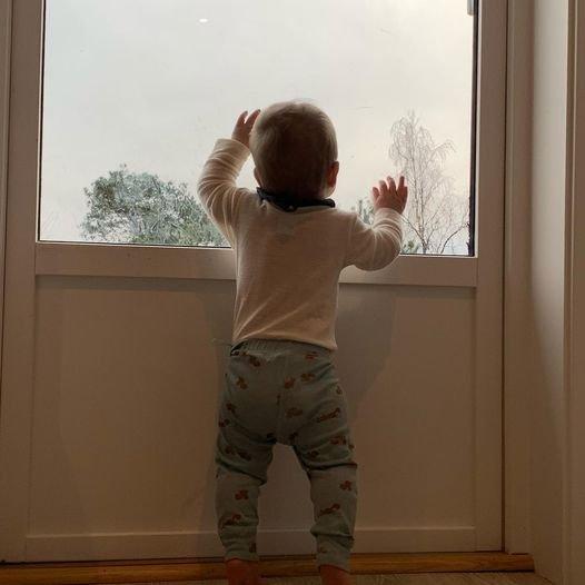 En liten gutt skuer mot lysere tider.