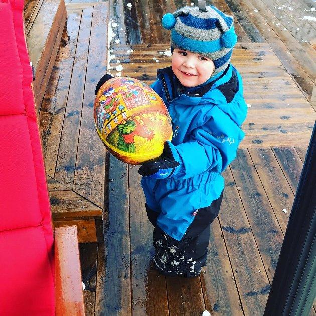 Axel Olsson Klubnes 3 år feire påske på Øyjord, her har påskeharen vært på besøk