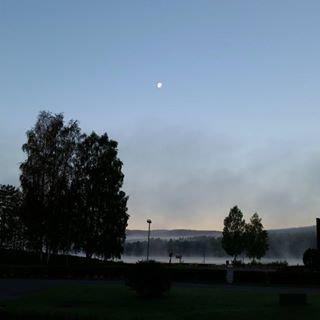 Vakkert, med månen og tåka over vannet