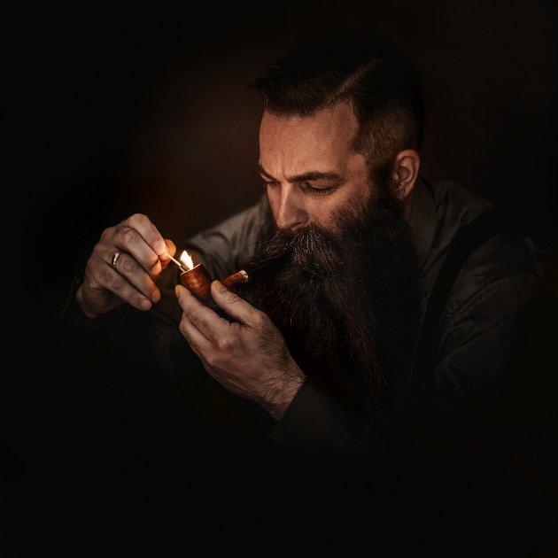 HEDERLIG OMTALE: Fotograf Bjørn Tore Stokke fikk hederlig omtale for dette bildet; «Dr Lovebeard enjoying his pipe».
