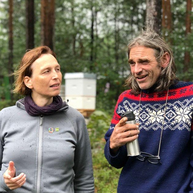 Karina Ødegård (1. kandidat for MDG) og Ulvar Arnkværn (2. kandidat for MDG) diskuterer miljøsaker på Harestua.