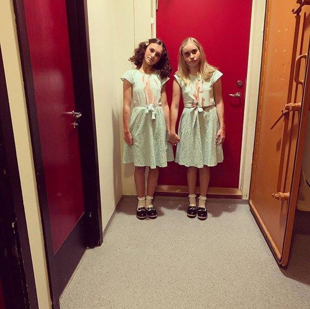 Kjenner du igjen kva skummel film desse tvilling-kostyma er inspirerte av? (Foto: Beate Ingvaldsen Høydal).