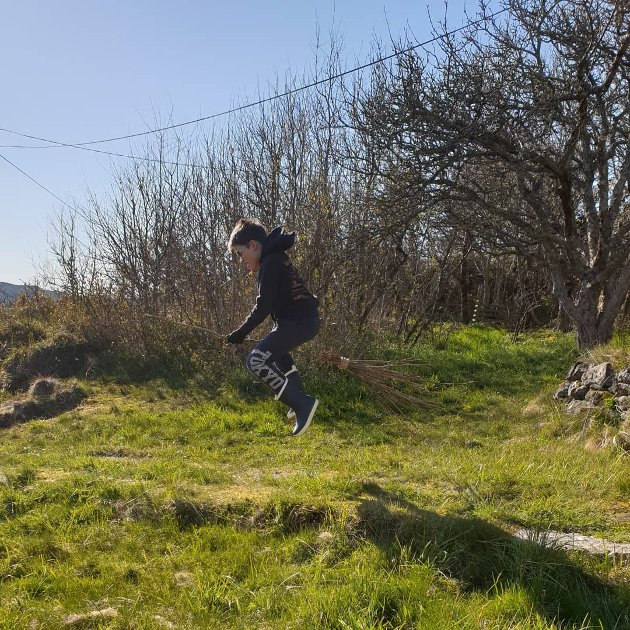 Håkon har lært seg å fly i påska. #potterstyle