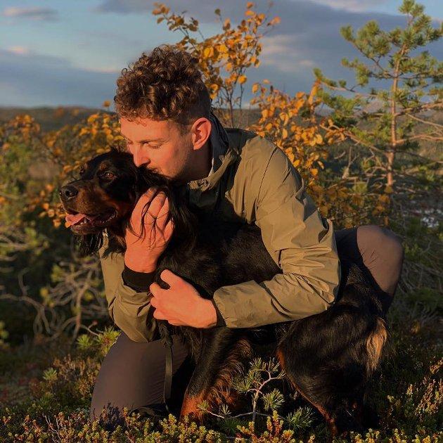 NA-journalist Bastian Øien Alstad og hunden Skog.