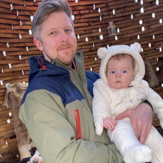 Småbarnsfar Emil Wagnild her sammen med sønnen Ludvik lurer på om når politiet skal ta hånd om de som råkjører ATV i bygatene.