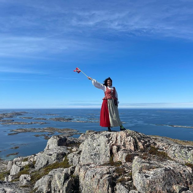 GRATULERER: Her ser vi Bente Snildal som Gratulerer Norge med dagen fra Valøytind i ytter-Vikna.