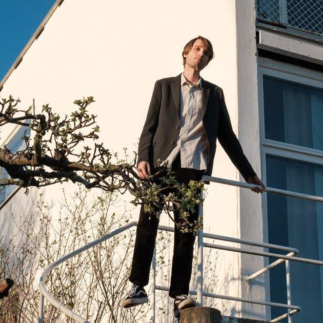 Også i den alternative popgata står Christian Winther fjellstøtt - på ett bein.