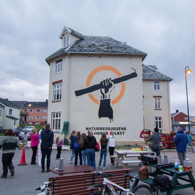 I forkant av forrige stortingsvalg ble Kystopprørets symbol malt opp av folket og kunstneren Pøbel på ærverdige Grand hotell i Vardø. Nå venter et nytt stortingsvalg hvor folket i Norge kan og bør gi sin stemme til en ny og mer samfunnsøkonomisk fiskeripolitikk.