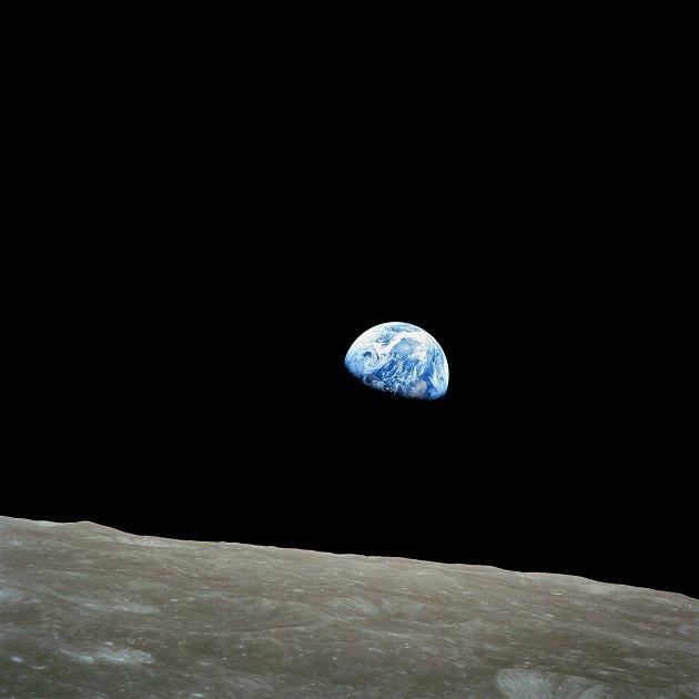 HISTORISK: Earthrise er navnet på bildet som ble tatt av astronauten William Anders på den historiske Apollo 8-romferden, den første bemannede reisen til månen. Apollo 8 landet ikke på månen, men bildet ble tatt mens Apollo 8 gikk i bane rundt den.